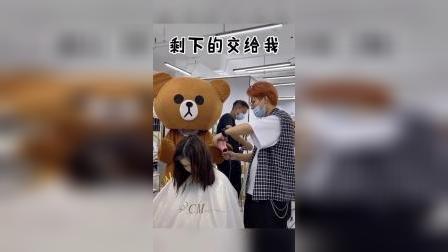搞笑小熊把美女的头发搞乱了