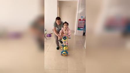 童年趣事:朵朵和爸爸都要玩滑板车