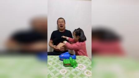 童年趣事:爸爸肚子好疼,朵朵帮爸爸看看