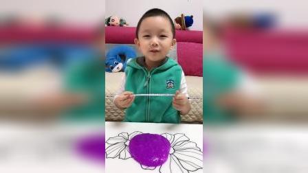 童年趣事:小晨玩水晶泥,拉丝能成功吗