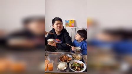 少儿:和爸爸一起吃饭