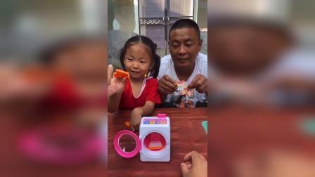 灿烂童年:宝贝和爸爸一起洗衣服啦
