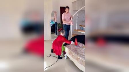 搞笑一家人:爸爸太难了,我还是帮帮他吧