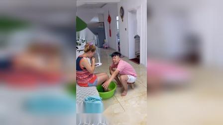 搞笑一家人:第一次给老婆洗脚,最后有点尴尬了!