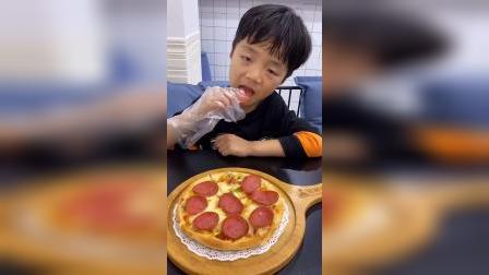 少儿:妈妈带我来吃披萨啦