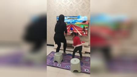 搞笑一家人:媳妇带宝贝一起跑步运动,真是太会玩了