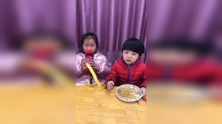 少儿:和姐姐一起吃饭