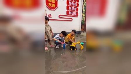 少儿:和朋友一起玩水