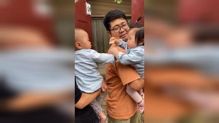 少儿:两个小孩在抢吃的
