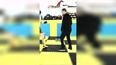 过去老拳师们常讲手是两扇门,全凭脚打人,这个脚大部分指的是步法和暗腿