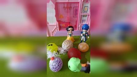 王子给小白雪买了捏捏球,一眼识破假的