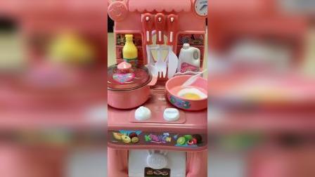 佩奇乔治家的水果真多,猪妈妈还在做饭吗,猪爸爸还不来帮忙啊!