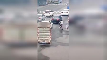 单车女骑行硬横过马路,下场可悲