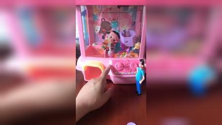 大头儿子困在了娃娃机里