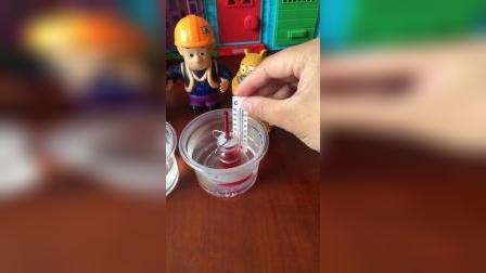科学小实验:冷水和热水对红色液体的影响