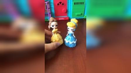 贝儿把白雪的玩具藏起来了
