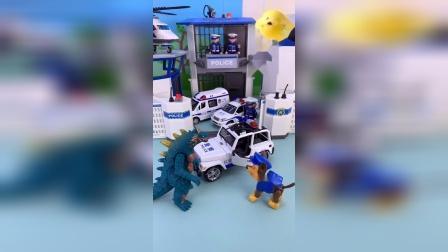 阿奇要开警车出去巡逻,怪兽来找阿奇帮忙,怪兽说奥特曼在追他