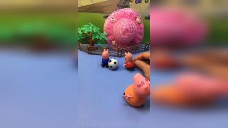 小猪佩奇乔治玩球,猪妈妈让刷碗,佩奇乔治不刷