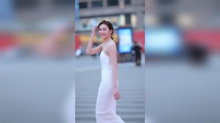 街拍:这样白白瘦瘦笑起来很甜的小姐姐是你的理想型嘛?