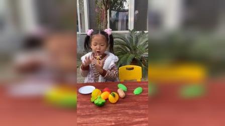 快乐的童年:依依的风车糖太好吃了,全部吃掉吧