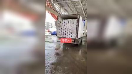 货车司机技术太差,一车货洒了一半,老板要哭了