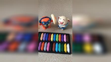 乔治带着谁去做饭,里面都有什么啊,盒子里面还都是彩色的!