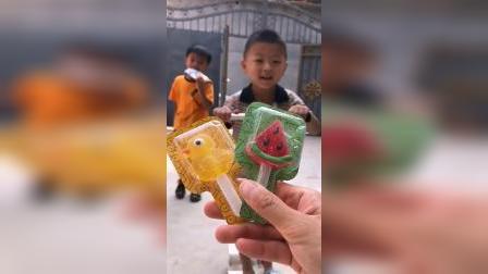 童年趣事:小可爱在喝大瓶的可乐