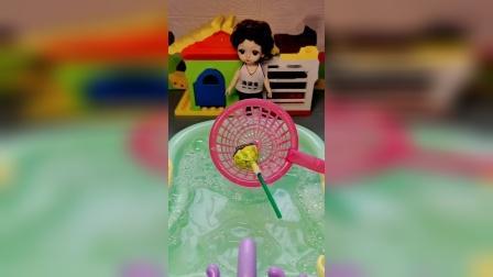 玩具也有灵魂:捞出一只棒棒糖,居然还有...