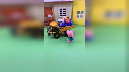 乔治把球踢到了车上,一直在后面追着车跑!