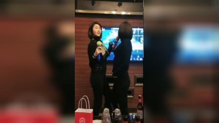 双胞胎姐姐歌声动人,妹妹舞姿洒脱,喝多的女人都是这么奔放吗