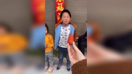 童年趣事:宝贝们比赛唱歌赢草莓
