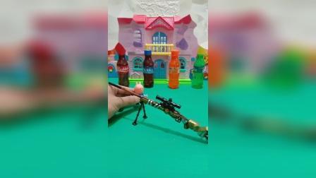 小猪佩奇给乔治买了玩具,又去买吃的,不料遇到怪兽