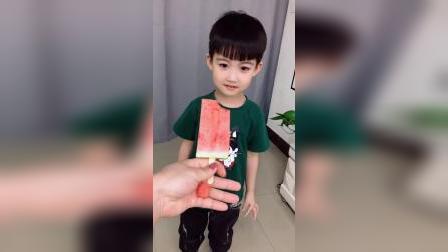 童年趣事:宝宝给妈妈送西瓜冰果了