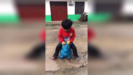 童年趣事:宝贝快从水坑里出来