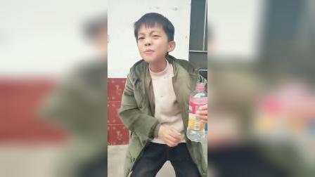 童年趣事:儿子说老师说的要节约用水,可是这是我的洗脚水啊!