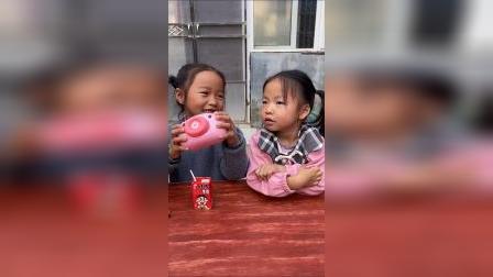 童年趣事:和小朋友一起分享我的零食和玩具
