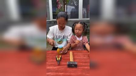 童年趣事:姐姐用牙齿咬罐头