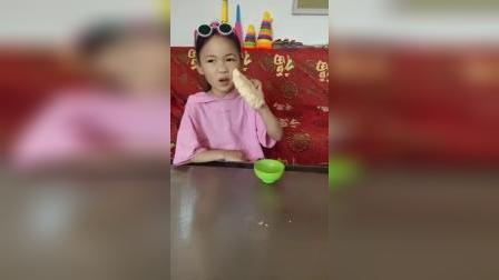 童年趣事:还没等姐姐过来,妹妹已经把面吃完了