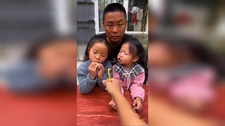 少儿:跟小姐姐和爸爸一起吃风车糖