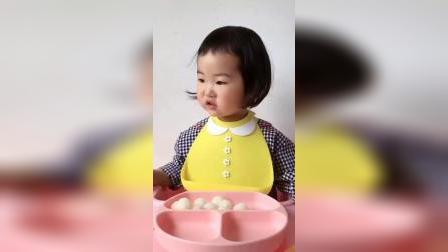 童年趣事:看着小妹妹吃的好香啊!吃的都有什么呀?