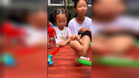 童年趣事:玩具鳄鱼,不能咬姐姐