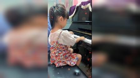 童年趣事:小小钢琴家在弹钢琴呢真棒