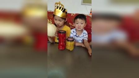 童年趣事:老二手里拿的是水果吗