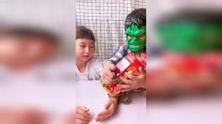 童年趣事:绿巨人不让姐姐吃糖果