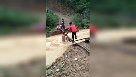 山区的孩子上学真不容易,下雨小河涨水过河真危险!