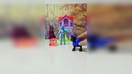 怪兽们偷东西被阿奇发现了