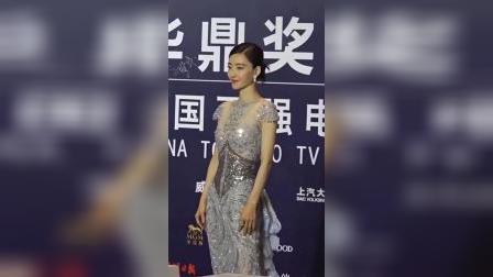 王丽坤韵味十足的气质美人,一袭银色抹胸裙尽显优雅大气