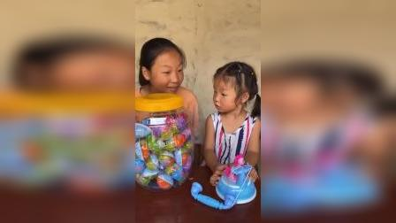 童年趣事:姐姐买来好多奇趣蛋和妹妹一起玩