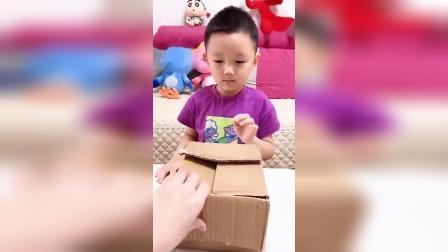 童年趣事:小宝贝拆快递,获得新玩具