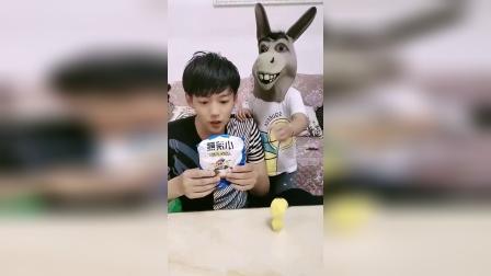 童年趣事:小毛驴把棒棒糖偷走了